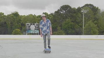 jovem com chapéu pegando seu skate video