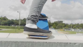 L'homme s'éloigne du patinage sur des rampes et des bols en béton video