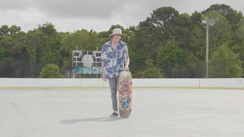 jovem com chapéu caído e pegando seu skate video