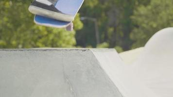 Plan moyen d'un homme patinant une rampe en béton video
