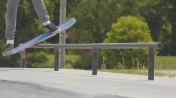 homem fazendo um truque de skate no corrimão e falhando video