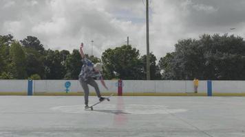 jovem mantendo o equilíbrio em seu skate em um dia ensolarado