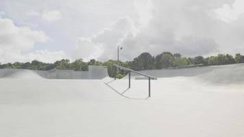 fotos de viagem em uma pista de skate em um dia ensolarado video