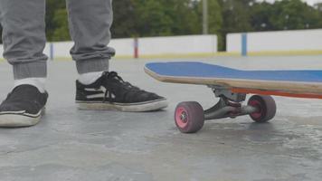 close-up de um homem pegando seu skate e girando-o video
