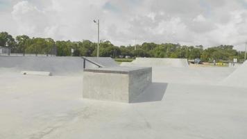 foto de viagem mostrando elementos de uma pista de skate video
