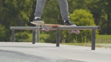 homem fazendo um truque de skate no corrimão video