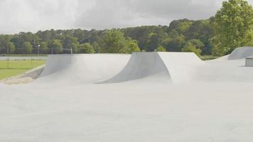panorâmica panorâmica do parque de skate em um dia ensolarado video