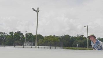 jeune homme patinage et escalade une rampe en béton video