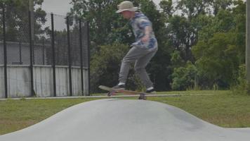 jovem patinando em uma pequena rampa e girando video