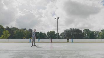 jovem patinando em um rinque de patinação em um dia ensolarado