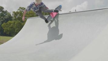 Jeune homme faisant un tour en montant une rampe en béton video