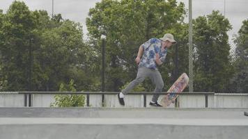 foto média de um homem fazendo um truque de skate no corrimão e falhando video