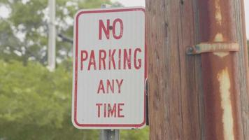 No hay señal de estacionamiento en la calle con árboles en segundo plano.