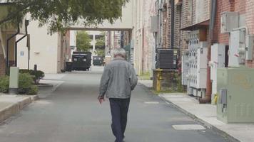 homem caminhando pelos becos da Geórgia video