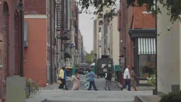 clipe de mão em becos da Geórgia com pessoas ao fundo video