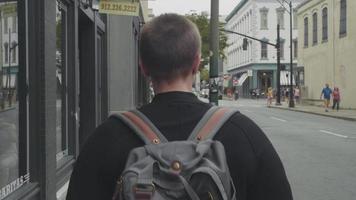 foto de viagem seguindo uma mulher em becos da Geórgia video