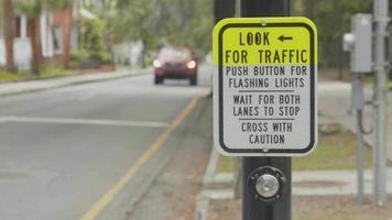 procure a placa de trânsito na rua em câmera lenta video