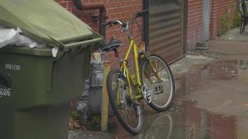 clipe portátil de bicicleta dourada em becos da Geórgia video