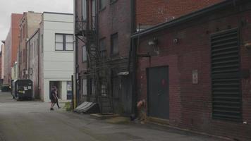 clipe portátil de escadas e canos em dark lane georgia video