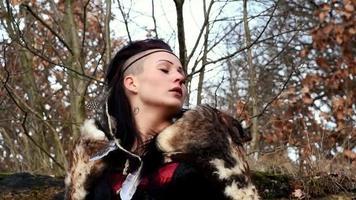 bela mulher viking sentada em uma rocha na paisagem de outono video