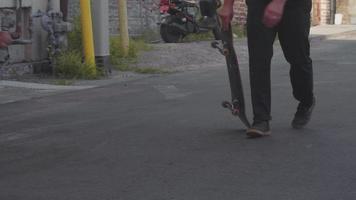 tomada média de pés de patinador praticando truques de skate