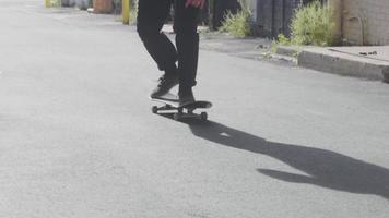 patinador se movendo no beco e praticando truques de skate