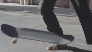 shot vanuit een gemiddeld perspectief van skaterbenen die niet slagen in een skateboardtruc
