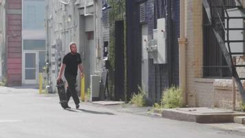 bärtiger Mann auf seinem Skateboard in der Gasse