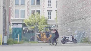 bebaarde man schaatsen op de stoep van rechts naar links van de scène
