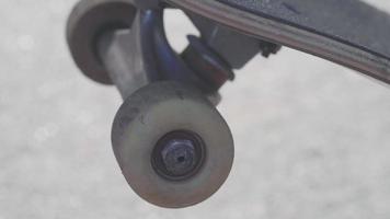 Extremo cerca de la rueda de patineta rodando