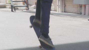 mittlere Einstellung des Mannes, der Skateboardtricks übt