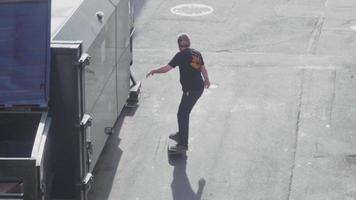 hohe Winkelansicht des Mannes, der Skateboardtricks übt