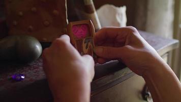 Cerca de manos colocando una caja de madera sobre un tocador