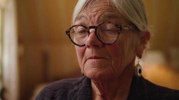primer plano extremo de la cara de la vieja dama video