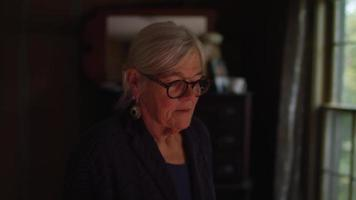 clipe de mão de uma senhora dobrando roupas em câmera lenta video