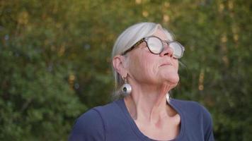 close-up de uma senhora com humor pensativo perto de um lago video