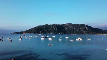 fliegen in Richtung Boote in einer Bucht in 4k video