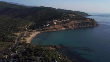 drone volando hacia una playa en 4k video