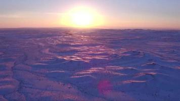imagens dron sobre um vale de inverno durante o pôr do sol
