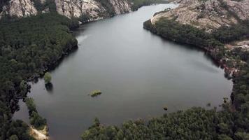 volando sobre un lago en 4k