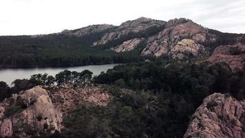 volando hacia la montaña y el lago en 4k