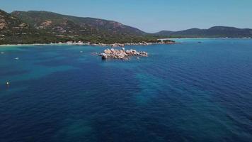volando verso le rocce nel mare 4K