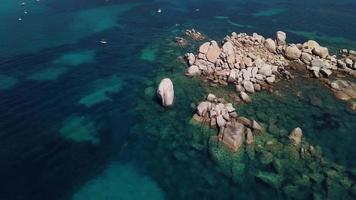 orbitando rochas no mar em 4k video