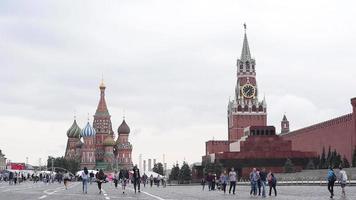mensen lopen in moskou, rusland