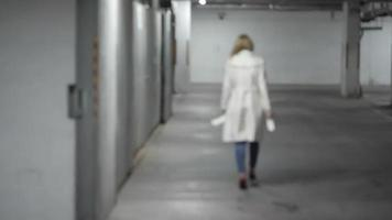 mulher andando em um estacionamento