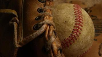 Disparo giratorio de béisbol degradado y guante de béisbol 003