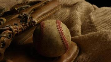 Disparo giratorio de béisbol degradado y guante de béisbol 002