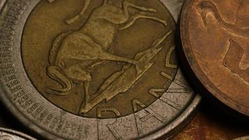 girato stock footage rotante di monete monetarie internazionali - denaro 0375