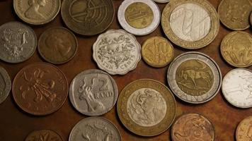 girato stock footage rotante di monete monetarie internazionali - denaro 0384