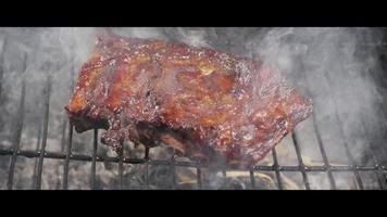 asar a la parrilla costillas de barbacoa una parrilla de madera ahumada - bbq 059